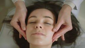 Του προσώπου μασάζ SPA μασάζ προσώπου προσώπου μασάζ χεριών beauty spa στο σαλόνι Κλείστε επάνω τη τοπ άποψη απόθεμα βίντεο