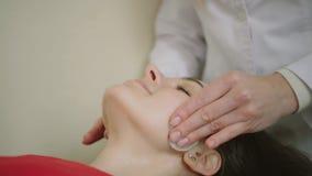 Του προσώπου μασάζ SPA Μασάζ προσώπου beauty spa στο σαλόνι Πυροβολισμός Midle απόθεμα βίντεο