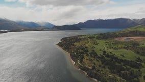 Τοπίο της Νέας Ζηλανδίας, λίμνη Wanaka, κόλπος Glendhu, εναέριοι πυροβολισμοί κηφήνων απόθεμα βίντεο