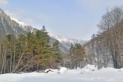 Τοπίο χειμερινών βουνών μια ηλιόλουστη ημέρα στοκ εικόνες