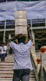 Τοπικά φέρνοντας κιβώτια στη Μαλαισία στοκ εικόνες