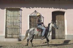 Τοπικός στο άλογο σε μια οδό στοκ φωτογραφία με δικαίωμα ελεύθερης χρήσης