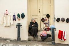 Τοπικό πωλώντας χέρι γυναικών - γίνοντα προϊόντα μαλλιού ως αναμνηστικό σε μια οδό σε Signagi, Γεωργία στοκ φωτογραφίες