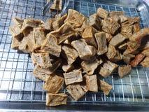 Τοπ άποψη της τηγανισμένου κροτίδας ή keropok του lekor ψαριών στα τρόφιμα οδών στοκ εικόνες