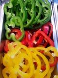 Τοπ άποψη της φέτας πιπεριών κουδουνιών ως υπόβαθρο, για το μαγείρεμα ή τη σαλάτα στοκ εικόνα με δικαίωμα ελεύθερης χρήσης