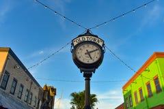 Τοπ άποψη του εκλεκτής ποιότητας ευρωπαϊκού ύφους ρολογιών στην παλαιά πόλη Kissimmee στην περιοχή 1 192 εθνικών οδών στοκ φωτογραφία