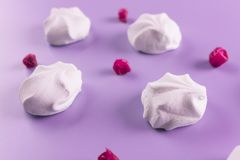Τοπ άποψη χρωματισμένο κρητιδογραφία marshmallow σε ένα μπλε υπόβαθρο στοκ φωτογραφίες