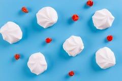 Τοπ άποψη χρωματισμένο κρητιδογραφία marshmallow σε ένα μπλε υπόβαθρο στοκ φωτογραφία