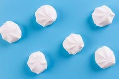 Τοπ άποψη χρωματισμένο κρητιδογραφία marshmallow σε ένα μπλε υπόβαθρο στοκ εικόνες με δικαίωμα ελεύθερης χρήσης