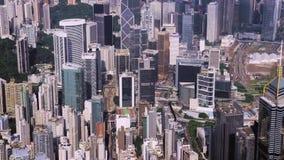 Τοπ κεραία άποψης από τον πετώντας κηφήνα μιας αναπτυγμένης πόλης Χονγκ Κονγκ με τους σύγχρονους ουρανοξύστες με το σύγχρονο σχέδ απόθεμα βίντεο