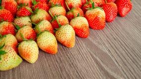 Τοπ φωτογραφία άποψης, ένας σωρός των φρέσκων φρούτων μούρων, κόκκινη φράουλα στο ξύλινο υπόβαθρο με το coppy διάστημα στοκ εικόνες