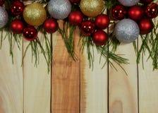 Τοπ υπόβαθρο άποψης, νέες έτος και συνθέσεις Χριστουγέννων με τη σφαίρα και το δέντρο Χριστουγέννων διακοσμήσεων στον πίνακα ξύλι στοκ εικόνες