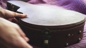 Το άτομο έβαλε μια κιθάρα σε μια περίπτωση απόθεμα βίντεο