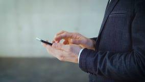 Το άτομο αναζήτησης επιχειρησιακών πληροφοριών δίνει το τηλέφωνο ισχυρών κτυπημάτων απόθεμα βίντεο