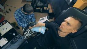 Το άτομο με έναν συνθετικό βραχίονα παίρνει μια δερματοστιξία απόθεμα βίντεο