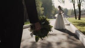Το άτομο σε ένα κλασικό κοστούμι πηγαίνει στην όμορφη νύφη του φιλμ μικρού μήκους