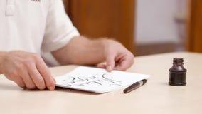 Το άτομο συσσωρεύει μαζί τα άσπρα κενά με τις γραπτές επιστολές, βάζει τα έγγραφα κάτω για το μπεζ γραφείο και πηγαίνει μακριά Στ φιλμ μικρού μήκους