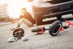 Το άτομο τονίζεται πιμένος με την οδήγηση της συντριβής που ένα ατύχημα ποδηλάτων παιδιών εμφανίζεται στοκ φωτογραφίες με δικαίωμα ελεύθερης χρήσης