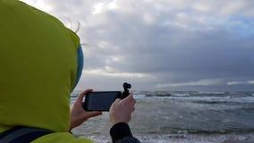 Το άτομο παίρνει τη θάλασσα από την ακτή φιλμ μικρού μήκους