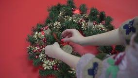 Το αγροτικό επίπεδο στεφανιών Χριστουγέννων βρέθηκε Χέρια που κρατούν τους κλάδους έλατου Παραγωγή του στεφανιού στο εργαστήριο απόθεμα βίντεο