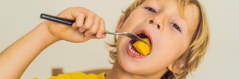 το αγόρι τρώει τον καρπό Υγιή τρόφιμα για τα παιδιά Παιδί που τρώει το υγιές πρόχειρο φαγητό Χορτοφάγος διατροφή για τα παιδιά Βι στοκ φωτογραφία