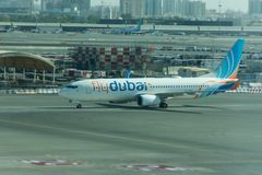 Το αεροπλάνο του Ντουμπάι μυγών αερογραμμών προϋπολογισμών προετοιμάζεται να σταθμεύσει στο Ντουμπάι το διεθνή αερολιμένα στοκ φωτογραφίες