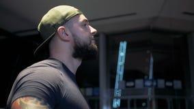 Το αθλητικό άτομο που κάνει την πλευρική επέκταση αλτήρων αυξάνει την άσκηση εκπαιδευτικό στη γυμναστική απόθεμα βίντεο