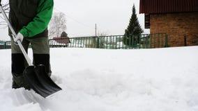 Το ανώτερο άτομο αφαιρεί το χιόνι στο ναυπηγείο απόθεμα βίντεο