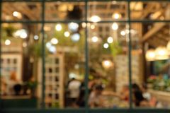 Το αφηρημένο γεύμα πελατών εικόνας θαμπάδων κρεμά έξω ή απολαμβάνει στα εστιατόρια τη νύχτα της Παρασκευής και η ατμόσφαιρα είναι στοκ φωτογραφία