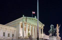 Το αυστριακό παλάτι του Κοινοβουλίου στη Βιέννη τη νύχτα, Αυστρία στοκ εικόνες με δικαίωμα ελεύθερης χρήσης