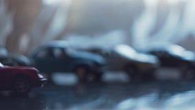 Το αυτοκίνητο παιχνιδιών είναι κινήσεις κόκκινου χρώματος απόθεμα βίντεο