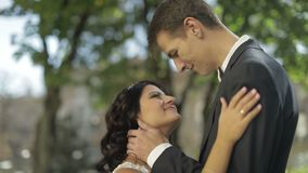 Το γαμήλιο ζεύγος στέκεται από κοινού Καλοί νεόνυμφος και νύφη ευτυχής εκλεκτής ποιότητας γάμος ημέρας ζευγών ιματισμού απόθεμα βίντεο