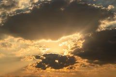 Το γκρίζο σύννεφο που επιπλέει έρχεται να καλύψει τον ήλιο στοκ εικόνες
