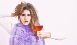 Το γυναικείο σγουρό hairstyle συμπαθεί το ακριβό κρασί πολυτέλειας Έννοια ηδονισμού Οι λόγοι πίνουν το κόκκινο κρασί στο winterti στοκ φωτογραφίες με δικαίωμα ελεύθερης χρήσης
