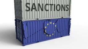 Το εμπορευματοκιβώτιο με το κείμενο ΚΥΡΩΣΕΩΝ σπάζει το εμπορευματοκιβώτιο φορτίου με τη σημαία της Ευρωπαϊκής Ένωσης Αποκλεισμός  ελεύθερη απεικόνιση δικαιώματος