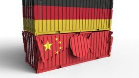 Το εμπορευματοκιβώτιο με τη σημαία της Γερμανίας σπάζει το εμπορευματοκιβώτιο φορτίου με τη σημαία της Κίνας Εμπορικός πόλεμος ή  απεικόνιση αποθεμάτων