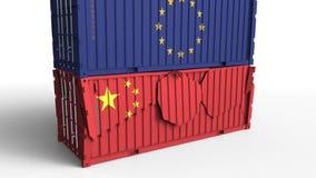 Το εμπορευματοκιβώτιο με τη σημαία της Ευρωπαϊκής Ένωσης σπάζει το εμπορευματοκιβώτιο φορτίου με τη σημαία της Κίνας Εμπορικός πό ελεύθερη απεικόνιση δικαιώματος