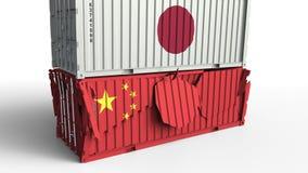 Το εμπορευματοκιβώτιο με τη σημαία της Ιαπωνίας σπάζει το εμπορευματοκιβώτιο φορτίου με τη σημαία της Κίνας Εμπορικός πόλεμος ή ο απεικόνιση αποθεμάτων