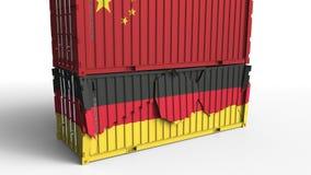 Το εμπορευματοκιβώτιο με τη σημαία της Κίνας σπάζει το εμπορευματοκιβώτιο φορτίου με τη σημαία της Γερμανίας Εμπορικός πόλεμος ή  ελεύθερη απεικόνιση δικαιώματος