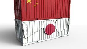 Το εμπορευματοκιβώτιο με τη σημαία της Κίνας σπάζει το εμπορευματοκιβώτιο φορτίου με τη σημαία της Ιαπωνίας Εμπορικός πόλεμος ή ο ελεύθερη απεικόνιση δικαιώματος