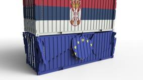 Το εμπορευματοκιβώτιο με τη σημαία της Σερβίας σπάζει το εμπορευματοκιβώτιο φορτίου με τη σημαία της Ευρωπαϊκής Ένωσης Εμπορικός  ελεύθερη απεικόνιση δικαιώματος