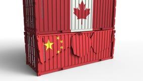 Το εμπορευματοκιβώτιο με τη σημαία του Καναδά σπάζει το εμπορευματοκιβώτιο φορτίου με τη σημαία της Κίνας Εμπορικός πόλεμος ή οικ ελεύθερη απεικόνιση δικαιώματος