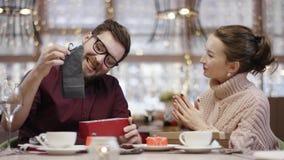 Το ενήλικο άτομο παίρνει τις κάλτσες από το κιβώτιο δώρων η σύζυγός που του του έδωσε σε και ευχαριστώντας την καθμένος σε έναν κ φιλμ μικρού μήκους