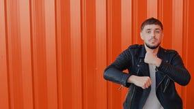 Το εύθυμο ευτυχές άτομο κινεί τους χορούς και τραγουδά στο πορτοκαλί κλίμα απόθεμα βίντεο