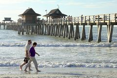 Το ευτυχές ανώτερο ζεύγος απολαμβάνει έναν ρομαντικό περίπατο στην παραλία στοκ εικόνες