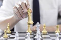 Το επιχειρησιακό σκάκι, έξυπνη επιχείρηση, επιχειρησιακό παιχνίδι κάθε ανταλλαγή παιχνιδιών είναι σημαντικό στοκ φωτογραφία
