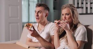 Το ζεύγος που απολαμβάνει τη TV παρουσιάζει φιλμ μικρού μήκους