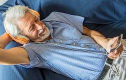 Το ηλικιωμένο άτομο ακούει μουσική στοκ φωτογραφία με δικαίωμα ελεύθερης χρήσης