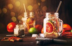 Το θερινό κρύο detox πίνει με τους κόκκινους σπόρους πορτοκαλιών, χυμού εσπεριδοειδούς και chia Υγιές ποτό ικανότητας Συστατικά γ στοκ φωτογραφία με δικαίωμα ελεύθερης χρήσης