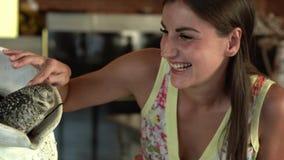 Το θηλυκό κτυπά μια κουκουβάγια σε έναν καφέ και χαίρεται απόθεμα βίντεο